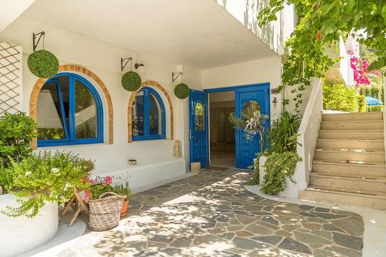 Колорит традиционной греческой деревни ждет в отеле Nathalie Hotel