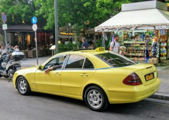 Такси в столице Греции окрашены в характерный желтый цвет.