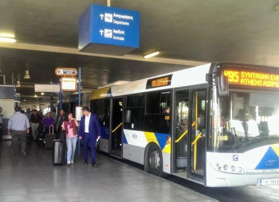 Остановка автобусов-экспрессов в аэропорту Афин находится прямо у выхода из терминала.