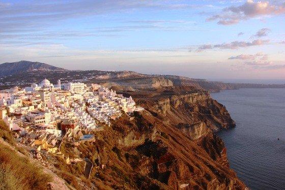 Город Фира амфитеатром спускается по скале