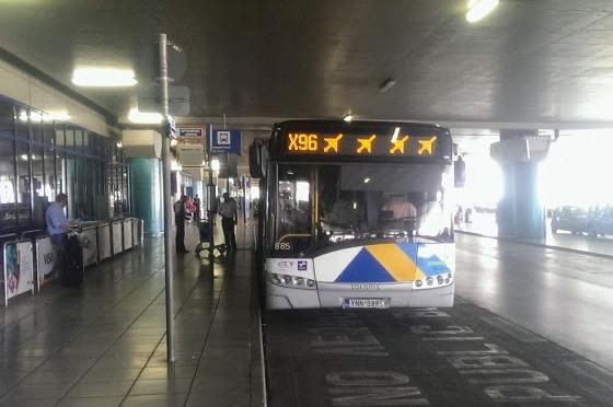 Остановка экспрессов X93 находится прямо на выходе из терминала
