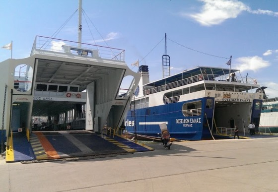 Паром в порту Афин Пирее
