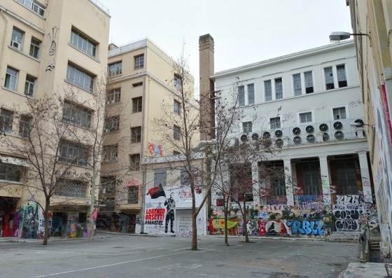 Внутренний двор университета обильно раскрашен граффити