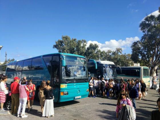В летние месяцы погода на Санторини радует, но остров переполнен туристами