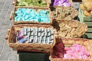 Греция славится производством косметики на основе оливкового масла, которую, при желании, можно приобрести в любом магазине