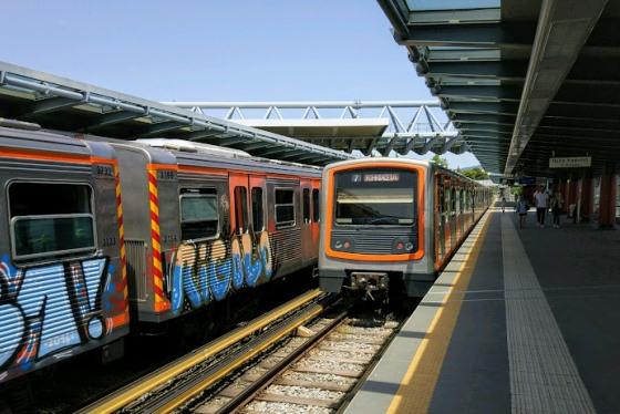 Особенностью Афинского метро является большое количество наземных станций