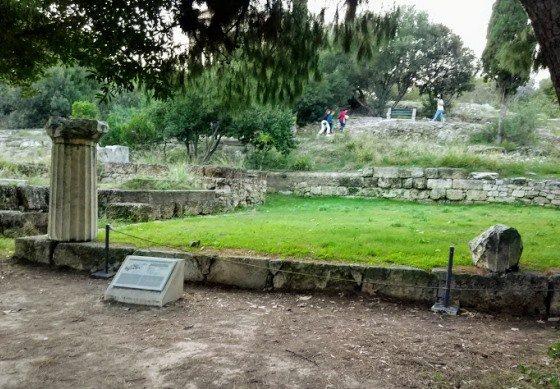 На местах многих древних храмов остались лишь лужайки с памятной табличкой.