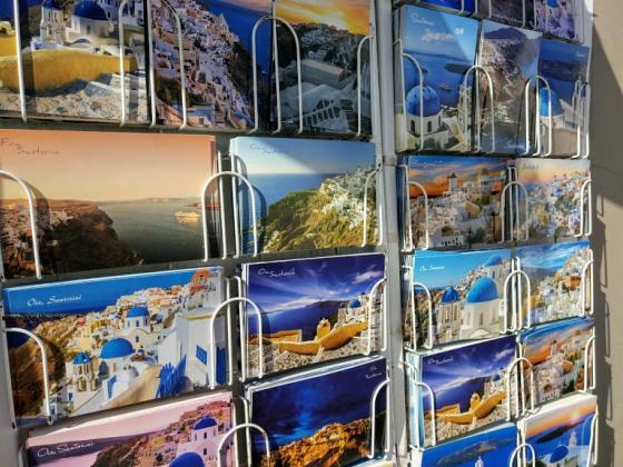 Виды Санторини продаются в сувенирных магазинах по всей Греции