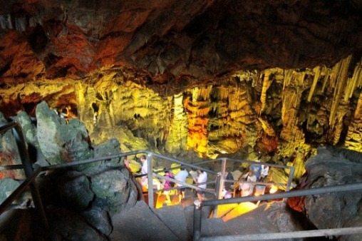 Сталактиты и сталагмиты в Пещере Зевса на Крите