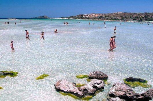 Море на пляже Элафониси мелкое и спокойное