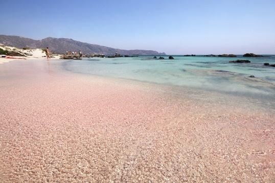 Пляж Элафониси известен своим розовым песком