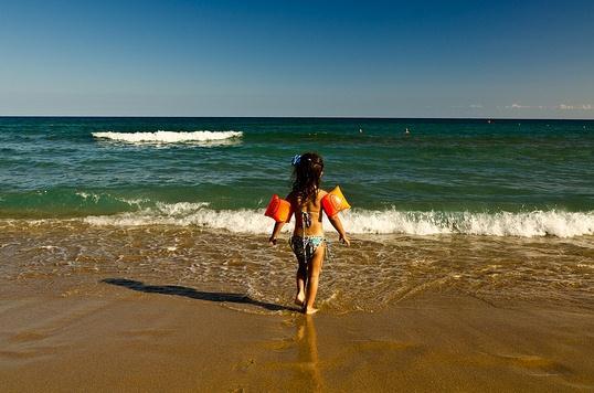 На пляже Цамбика песок мелкий и очень мягкий, а море неглубокое