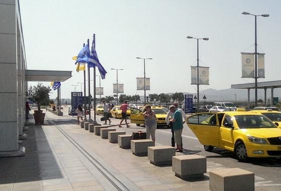 Такси у зоны вылета афинского аэропорта