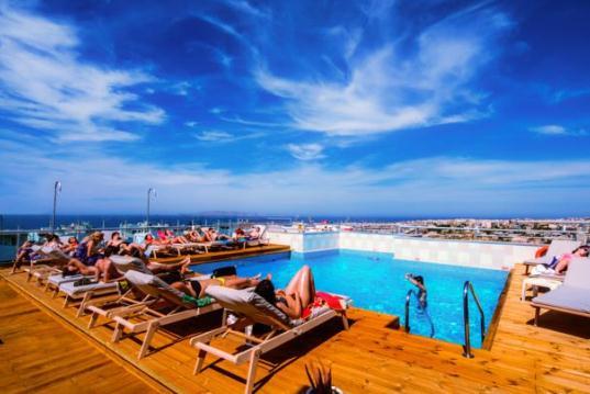 На крыше отеля Capsis Astoria имеется небольшой бассейн