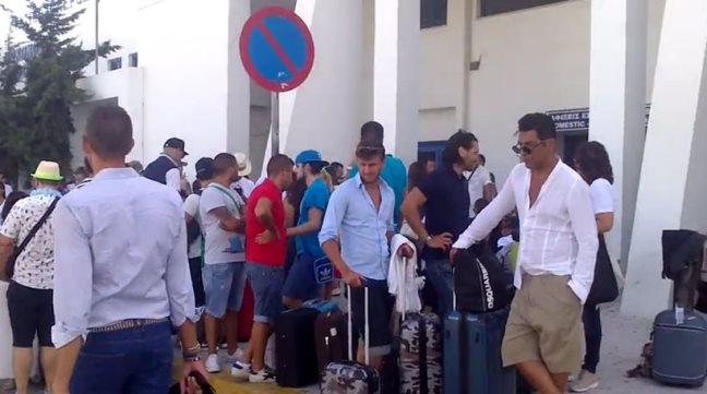 Туристы в аэропорту Миконоса