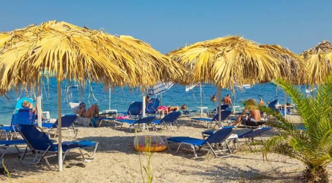 Пляж Беницеса оборудован зонтиками и шезлонгами