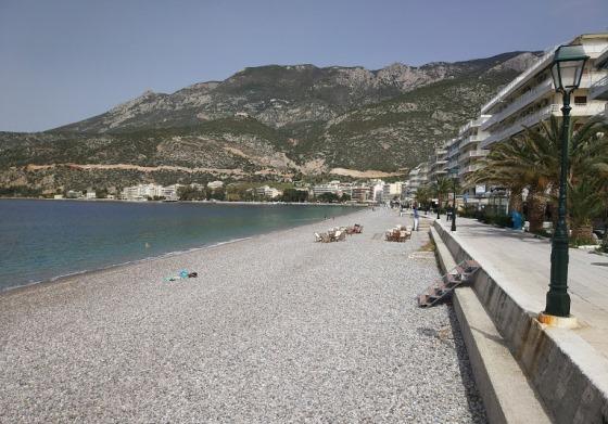 Пляж в Лутраки галечный, а море очень чистое